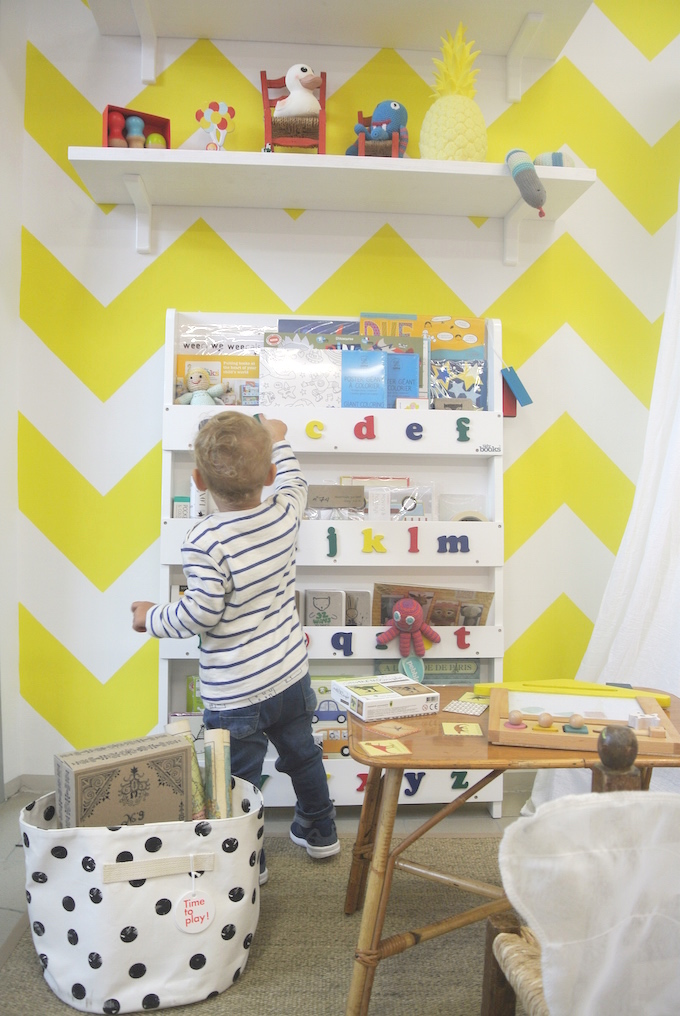 entertain kids in restaurants, book corner, reading corner, eating out with kids,
